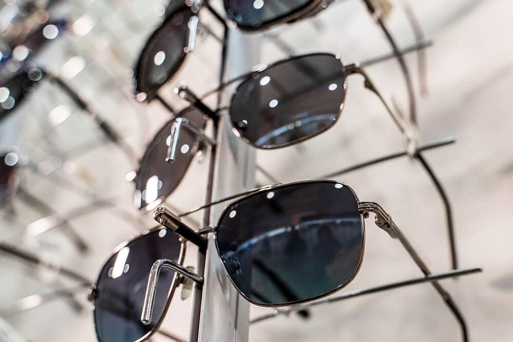 Sonnenbrillen auf Metallhalterungen ausgestellt