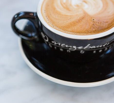 Aufnahme einer Kaffeetasse mit Logoaufdruck von neugebauer hören & sehen Kirchrode